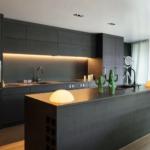 Интерьер кухни в современном стиле для большой семьи